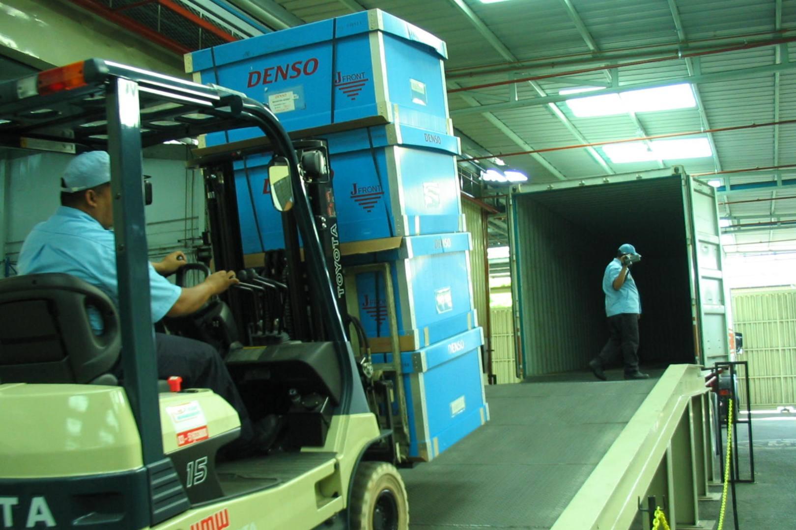 Cargando camión